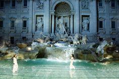 Для показа итальянского модного Дома Fendi недавно отреставрированный фонтан Треви превратили в подиум