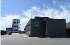 Hightech erhvervslokaler på Frederikshavn havn som tidligere har været anvendt som domicilejendom for Roblon. Ejendommen som er nyrenoveret vil være velegnet til it-virksomhed, kontorer, butik, lager og lettere produktion m.v.. Ejendommen har et flot markant indgangsparti med elegant trappe og hall med klinkegulv med gulvvarme som adgang til ejendommens lokaler som er opdelt i 5 uafhængige lejemål hvoraf stort set hele stueetagen er udlejet. Hele ejendommen har kabelbakker med datanetværk.