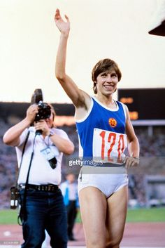 Marita Koch of the German Democratic Republic smiles as she waves to the crowd after winning the women's 400m final at the athletics event of the Moscow 1980 Olympic Games on July 28, 1980 in Moscow. / AFP / TASS / -