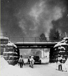 Suomalaisjoukot vetäytymässä Suojärveltä, joka kuului 12. divisioonan puolustusalueeseen. Suvilahti tulessa.