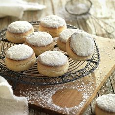 Nevaditos al jerez Delicious Desserts, Dessert Recipes, Mantecaditos, Good Food, Yummy Food, My Dessert, Christmas Sweets, Sweet Tooth, Bakery