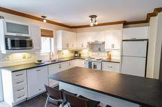 On rêve tous d'un grand îlot ! Kitchen Island, Kitchen Cabinets, Design, Home Decor, Island Kitchen, Decoration Home, Room Decor, Kitchen Cupboards, Interior Design