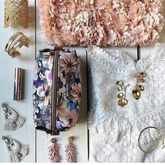 Dernières nouveautés florales ça sent bon le printemps !! #nouvellecollection#audreyearrings#natriellapearlcuff#peonyclutch#esmeechandeliers#floralpouch