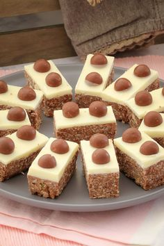 no-bake chocolate Malteser Slice takes only 10 minutes to prepare. and tastes AMAZING! This is one of my most popular slice recipes ever! Köstliche Desserts, Delicious Desserts, Dessert Recipes, Yummy Food, Tray Bake Recipes, Baking Recipes, Cookie Recipes, Lunch Box Recipes, Malteser Slice