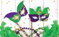 Celebrate Mardi Gras by dressing up, eating beignets and making this festive DIY Mardi. Carnival Decorations, Diy Carnival, Carnival Masks, Carnival Prizes, Clothes Pin Wreath, Gift Card Balance, Diy Canvas Art, Green Glitter, Shell Crafts