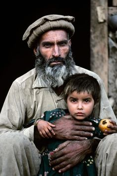 afghanistaninphotos:    Father and Daughter. Afghanistan.  Steve McCurry