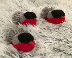 Obiecte decorative din fire de lana colorata - un tutorial pas cu pas Christmas Bird, Christmas Crafts, Christmas Decorations, Christmas Ornaments, Pom Pom Crafts, Yarn Crafts, Decor Crafts, Crafts To Sell, Crafts For Kids