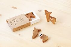 Reindeer and Pine Tree USB 2.0 Flash drive Capacity : 8 GB OR 16 GB Material : European Pine wood  Design : - Reindeer dark wood - Reindeer