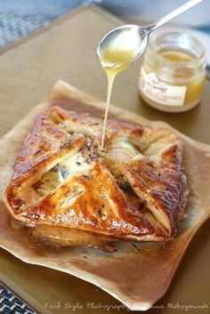 Goat cheese puff pastry with red onion confit and apples. Veggie Recipes, Vegetarian Recipes, Cooking Recipes, Free Recipes, Food Porn, Salty Foods, Quiches, Omelettes, Wontons
