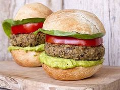 Super veggie burgers by Greek chef Akis Petretzikis. Delicious veggie burgers with lentils, bulgur, vegetables, cashews and thyme that make a special treat! Raw Food Recipes, Vegetarian Recipes, Snack Recipes, Healthy Recipes, Snacks, Spring Recipes, Street Food, Food Processor Recipes, Veggies