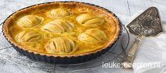 Lekker recept voor appeltaart met amandelspijs, halve appels en een vanilleroom