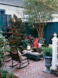 Courtyard patio courtyard garden like the corner for Small shady courtyard ideas