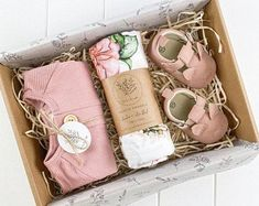 Regalo Baby Shower, Baby Gift Hampers, Baby Shower Gift Basket, Baby Gift Box, Diy Baby Gifts, Baby Box, Baby Crafts, Newborn Gifts, Baby Shower Gifts