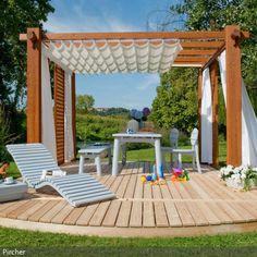 Eine kleine Insel mitten im Garten: Die mit einem Baldachin überdachte Holzterrasse ist eine kleine Liege- Ess- und Relaxoase für heiße Sommertage, an denen es sich im Schatten gut aushalten lässt. Auf festen Holzdielen wackelt der Tisch nicht und keine Limonade wird verschüttet.