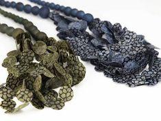 Collaret de paper fet  per Ana Hagopian. Paper necklaces made by Ana Hagopian