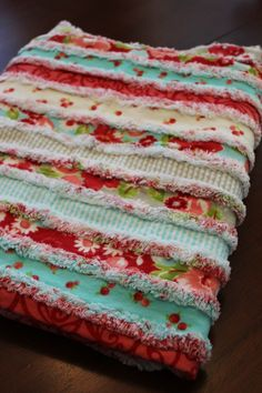 Flannel rag quilt using strips in stash - warm and cozy Chenille Quilt, Cot Quilt, Amish Quilts, Easy Quilts, Quilting Projects, Sewing Projects, Fabric Crafts, Sewing Crafts, Flannel Rag Quilts