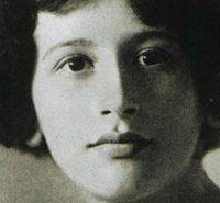 Simone Weil (París, 3 de febrero de 1909 – Ashford, 24 de agosto de 1943) fue una filósofa francesa. Estudia filosofía y literatura clásica, es alumna de Alain (Émile Chartier). A los 19 años ingresa, con la calificación más alta, seguida por Simone de Beauvoir, en la Escuela Normal Superior de París. Se gradúa a los 22 años y comienza su carrera docente en diversos liceos.