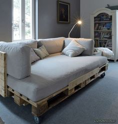 Wood Pallet Furniture Ideas that Make Your Home Look Chic originelles Europaletten Bett selber machen - So geht`s in leichten Schritten!