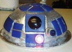R2-D2 Cake. I could make this. Already have the perfect fondant recipe to go with it.