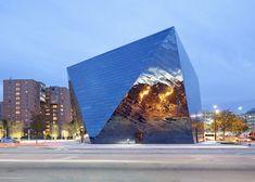 Das Museum für moderne Kunst in Cleveland hat eine Fassade mit Spiegelung