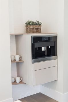 Creative solution for Miele coffee machine #bauformat #bardesign #bauformatusa #bauformatkitchen #germankitchen #modernkitchen #italiandesign #kitchencabinets #cabinets #storage #shelves #style #bestdesign #mielecoffee #shelves #realestate #luxuryrealestate #style #interiordesign #luxurycabinets #madeingermany #europeankitchen #creativesolution #smallkitchen #bigkitchen #integratedappliances #coffee #coffeemug Miele Coffee Machine, Modern Kitchen Cabinets, Interiordesign, Sacramento, Shelves, Creative, House, Shelving, Home