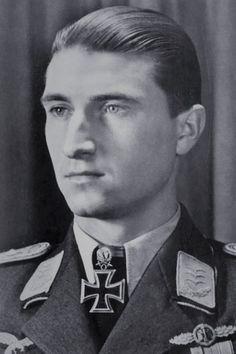 Major Walter Nowotny (1920-1944), Ritterkreuz 04.09.1942 als Leutnant und Flugzeugführer in der 9./Jagdgeschwader 54, Eichenlaub (293) 04.09.1943 als Oberleutnant und Staffelkapitän 1./Jagdgeschwader 54, Schwerter (37) 22.09.1943 als Hauptmann und Kommandeur I./Jagdgeschwader 54, Brillanten (8) 19.10.1943 als Hauptmann und Kommandeur I./Jagdgeschwader 54 ✠ 258 Luftsiege, ca. 500 Feindflüge. Am 8 November 1944 beim Landeanflug auf Achmer von einer Staffel Mustangs abgefangen und abgeschossen.