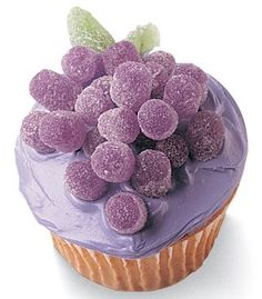 sugared grapes cupcake: so cute, uses purple gumdrops! (& a ton more adorable cupcakes like polar bears, basketball goal & balloons) Cake Pops, Deco Cupcake, Cupcake Cookies, Food Cakes, Mademoiselle Cupcake, Beautiful Cakes, Amazing Cakes, Comunion Cakes, Cupcakes Bonitos