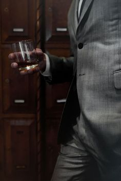 The drinks that every modern gentleman must know and master, and the basics for the home bar. Agatha Christie, Mafia, Marvel Tony Stark, Boris Vian, Maxon Schreave, Napoleon Solo, Into The West, The Man From Uncle, Its A Mans World