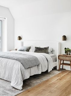 A lovingly renovated bush-meets-beach property in Sydney captured the hearts of its owners, a well-travelled family of four. Zeitgenössisches Apartment, Apartment Bedrooms, Peaceful Bedroom, Modern Rustic Homes, Modern Country Bedrooms, Master Bedroom Design, Master Bedrooms, Contemporary Apartment, Loft