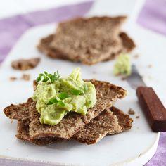 Täyteläinen avokadohummus valmistuu nopeasti leivän kaveriksi. Kokeile myös maissilastujen dippinä.