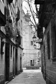 Llegando a la Plaça de Sant Felip Neri http://www.viajarabarcelona.org/lugares-para-visitar-en-barcelona/iglesia-de-sant-felip-neri/ #Barcelona #Catalunya
