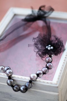 Tulle and Marble Necklace Tutorial Necklace Tutorial, Diy Necklace, Fabric Necklace, Pearl Necklace, Diy Earrings, Do It Yourself Schmuck, Beaded Jewelry, Handmade Jewelry, Soutache Jewelry