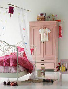 Metalowe łóżko w pokoju dziecka