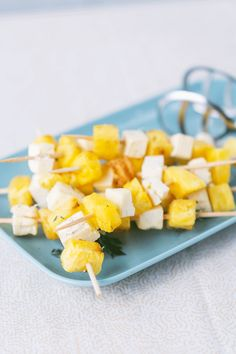 Jetzt wird es exotisch am Grill! Dieses Grillrezept kombiniert fruchtig süß mit herzhaft salzig und bringt Abwechslung auf einen Grillteller. Dabei ist diese Spießvariante aus Ananas und Hirtenkäse auch noch vegetarisch! Wir wünschen gutes Gelingen bei der nächsten Grillparty.