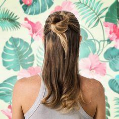 Um look lindo para amenizar o calor aqui do Norte: cabelo meio preso, mas com um coque estiloso. Para durar o dia todo: Hair Spray Charming, claro.