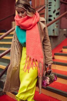 Awesome 34 Gorgeous Winter Street Style Outfit Ideas For Women Color Combinations For Clothes, Color Blocking Outfits, Colourful Outfits, Colorful Fashion, Modest Fashion, Fashion Outfits, Womens Fashion, Fashion Weeks, Look Fashion