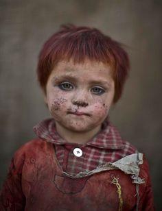 Fotógrafo registra os olhares de medo das crianças refugiadas do Afeganistão