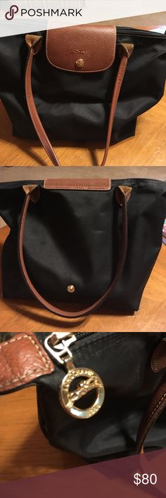 ❤️❤️Longchamp purse🎈🎈 🎉🎉Black long champ purse.  Looks great but has tiny hole in bottom🎉🎉 Bags Shoulder Bags
