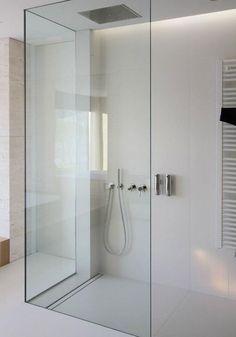 Baño modernos con ducha sin plato con desagüe rectangular y mampara