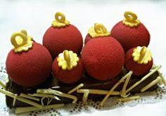 Reposant sur un biscuit dacquoise amandes surmonté d'une mousse crémeuse au chocolat grand cru, les boules de chocolat (de dimensions différentes pour les adultes et les enfants) sont garnies d'une crème légère à la pistache et de griottines à la liqueur....