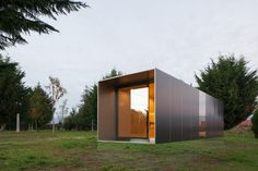 near-invisible base - The MIMA House brand recently designed a tiny farmhouse that looks like it is floating thanks to its near-invisible base. While MIMA House has prod. Modern Prefab Homes, Prefabricated Houses, Modular Cabins, Modular Homes, Mima House, Module Design, Portable House, Little Houses, Modern Architecture