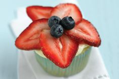 Berry-Topped Cupcakes – Our combination of sweet berries and luscious frosting makes these cupcakes a dreamy dessert that is also a surprisingly smart choice. Yummy Treats, Delicious Desserts, Dessert Recipes, Yummy Food, Pastry Recipes, Sweet Treats, Dinner Recipes, White Cupcake Recipes, White Cupcakes