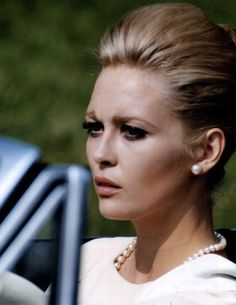 American actress Faye Dunaway as Vicki Anderson in 'The Thomas Crown Affair', directed by Norman Jewison, Get premium, high resolution news photos at Getty Images Faye Dunaway, Lauren Bacall, Lauren Hutton, Hollywood Glamour, Classic Hollywood, Old Hollywood, Katharine Hepburn, Audrey Hepburn, Thomas Crown Affair