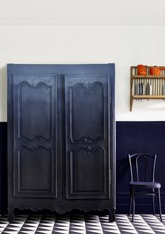 Annie Sloan Launches New Oxford Navy — Heart Home Annie Sloan – Kitchen – Ombre armoire in Chalk Paint in Oxford Navy + Athenian Black – Lifes New Furniture, Furniture Restoration, Furniture Projects, Furniture Makeover, Painted Furniture, Armoire Makeover, Chalk, Kmart Decor, Annie Sloan