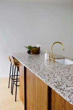 Terrazzo, brass and vertical wood paneling Cute Home Decor, Home Decor Items, Terrazzo, Kitchen Interior, Kitchen Design, Interior Livingroom, Cheap Rustic Decor, Home Remodeling Diy, Minimalist Home Interior