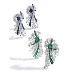 PAIR OF PLATINUM, EMERALD AND DIAMOND CLIPS, RAYMOND YARD Designed as stylized bows, centering two emerald-cut emeralds weighing approximately 3.35 carats, accented by round, baguette and single-cut diamonds weighing approximately 9.15 carats, further decorated with calibré-cut emeralds, signed Yard, numbered 017524; circa 1952. PAIR OF PLATINUM, SAPPHIRE AND DIAMOND CLIPS, RAYMOND YARD Designed as stylized bows, centering two cushion-cut sapphires weighing approximately 2.65 carats… Emerald Earrings, Emerald Jewelry, Diamond Jewelry, Weird Jewelry, High Jewelry, Templer, Diamond Tops, Lotus Jewelry, Art Deco Diamond
