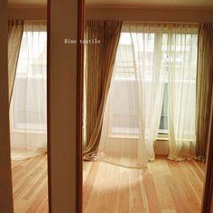 リノテキスタイルです。無垢の床板、やわらかい陽射し、リネンカーテンの間をすり抜けていくやさしい風。五感が安らぐ空間です。 #リノテキスタイル #リネンカーテン #リネンレース #風 #無垢の木 #癒し #陽射し #ナチュラルインテリア #パイン材 #輸入住宅 #天然素材 #リネンレースカーテン Textiles, Curtains, Home Decor, Blinds, Decoration Home, Room Decor, Interior Design, Draping, Home Interiors