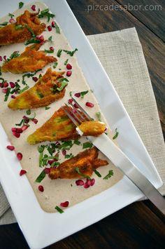 Flor de calabaza empanizada rellena de queso de cabra en salsa de nogada www.pizcadesabor.com