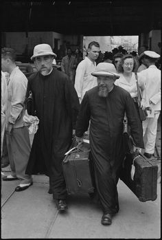 Henri Cartier-Bresson CHINA. Shanghai. 1949. September. After their departure, the nationalits imposed a maritime blockade in Shangai. After 5 months of blockade, an American boat reached the port and took the foreigners who wished to leave the city.