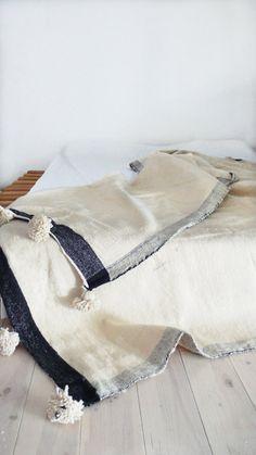Moroccan POM POM Wool Blanket Natural color por lacasadecoto